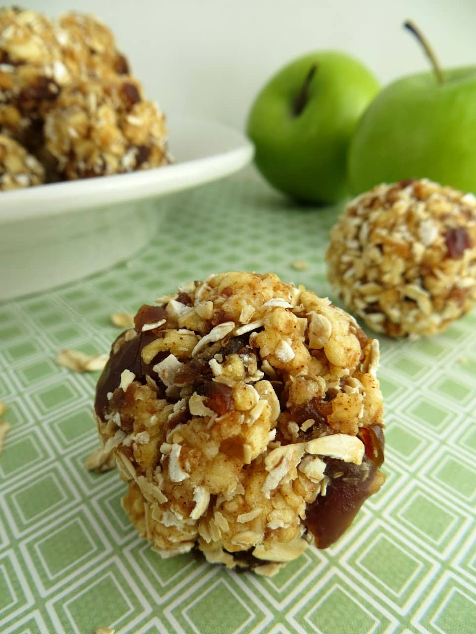 Apple Cinnamon Energy Bites: Super Easy Recipe